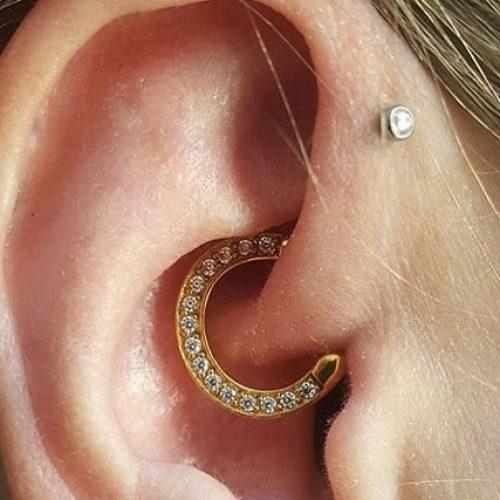 Daith piercing med juvel clicker jewel