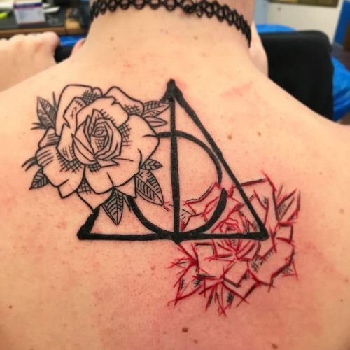 deathly hallows tattoo tatovering roses roser dotwork line drawing