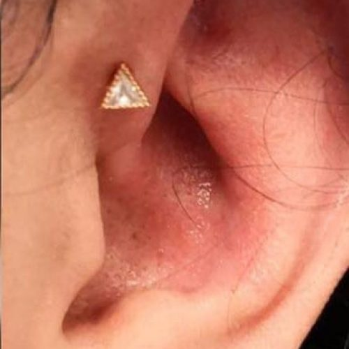 forward helix Fronthelix med Exclusive rosegold triangle labret piercing