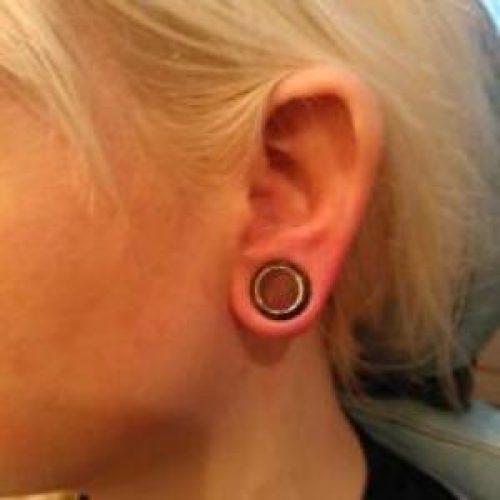 stretch store huller i øreflippen piercing